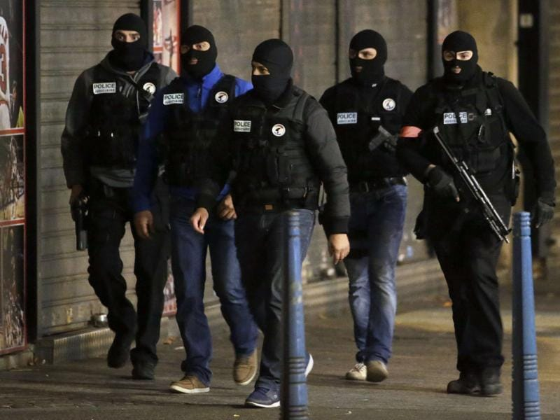 French policemen patrol in the northern Paris suburb of Saint-Denis city centre, on November 18, 2015, as French Police special forces raid an apartment, hunting those behind the attacks that claimed 129 lives in the French capital five days ago.  (AFP Photo)