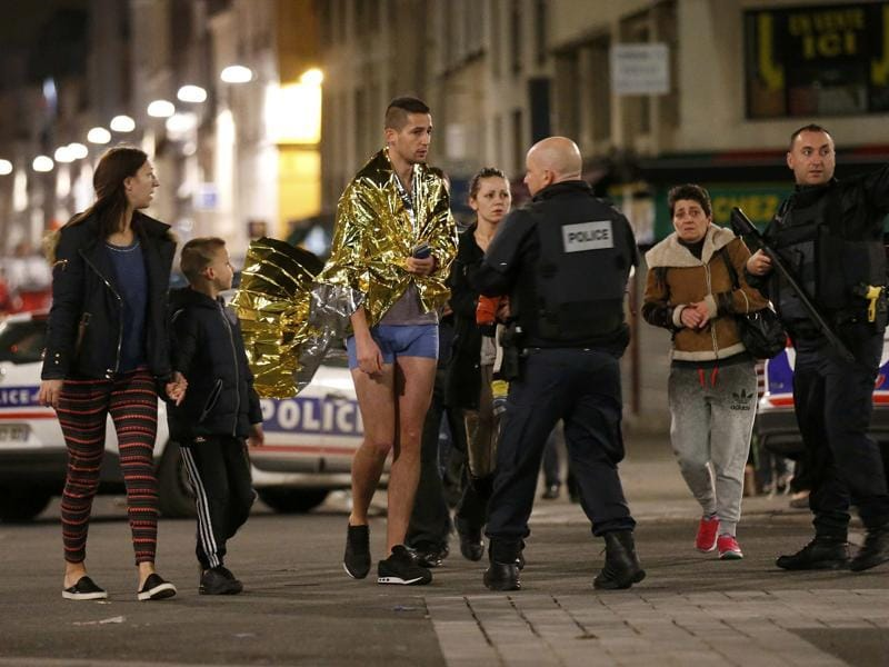French police evacuate residents in Saint-Denis, France, near Paris, during an operation to catch fugitives from Friday night's deadly attacks in the French capital.  (REUTERS Photo)