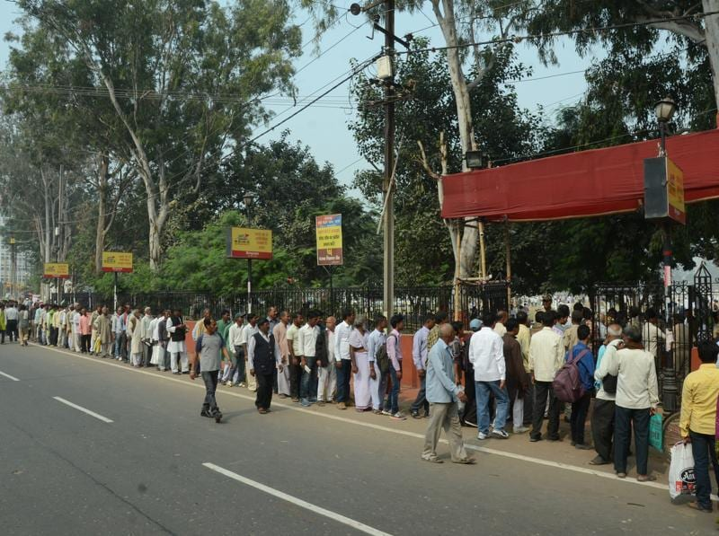 People line up outside Gandhi Maidan for the sewearing-in event. (Santosh Kumar/HT Photo)
