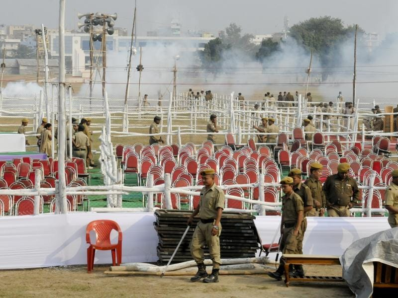 Police personnel take stock of security arrangements at Gandhi Maidan.  (AP Dubey/HT Photo)