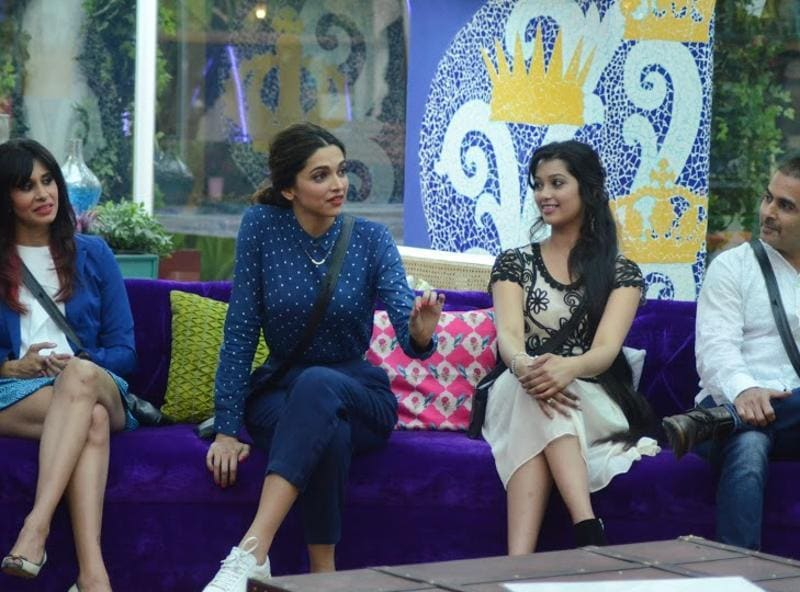 Deepika Padukone in a chat with the Kishwar, Digangana and Aman inside the Bigg Boss 9 house. (COLORS)