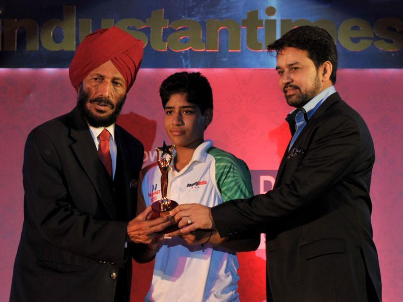 Milkha Singh and BCCI secretary Anurag Thakur present the HT Young Achievers' Award to Haryana's Soniya Gothra at the HT Youth Forum 2015.  (Ravi Kumar/HT Photo)