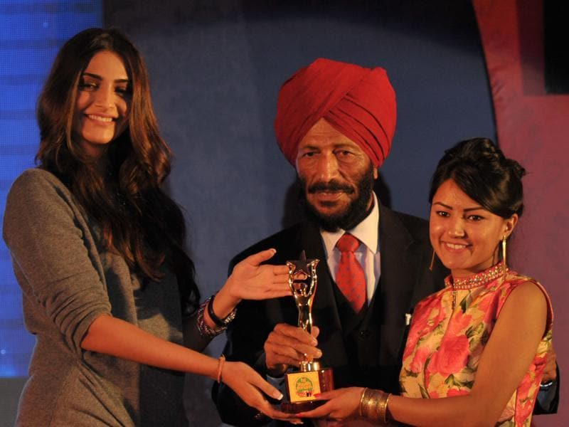 Cricketer Sushma Verma receives the HT Young Achievers' Award from Milkha Singh and Sonam Kapoor during the HT Youth Forum 2015.  (Ravi Kumar/HT Photo)
