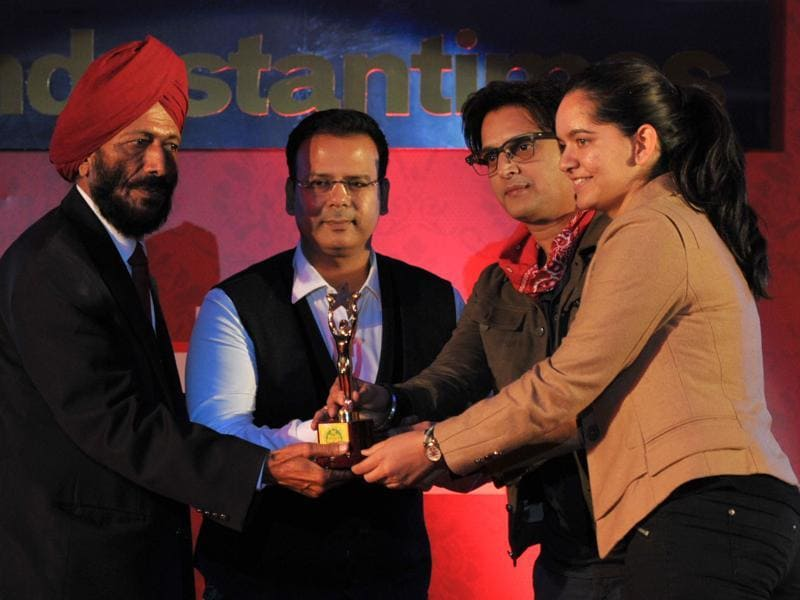 Shooter Anjum Moudgil receiving her award from Milkha Singh and actor Jimmy Sheirgill  during the HT Youth Forum 2015.  (Ravi Kumar/HT Photo)
