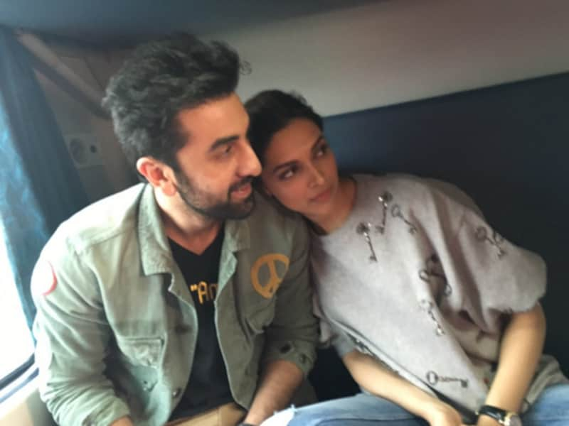 Ranbir and Deepika caught in a candid moment during their train journey for Tamasha promotions. (Yogen Shah)