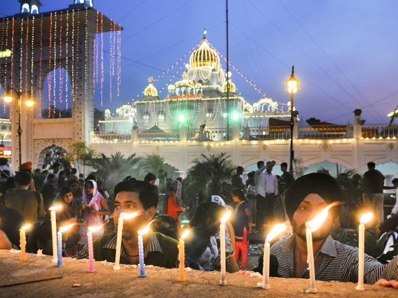 Devotees light candles at Gurudwara Bangla Sahib on the occasion of Gurpurab, marking the birth anniversary of first sikh Guru Nanak Dev, in New Delhi..  (Sonu Mehta/ HT Photo)