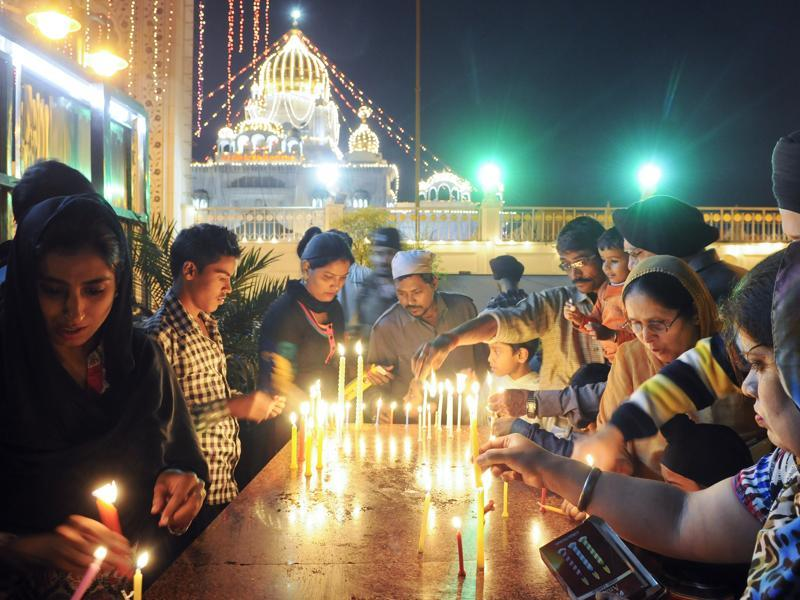Devotees light candles at the Bangla Sahib gurudwara on the occasion of Gurpurab (Prakash Utsav) to mark the birth anniversary of the first sikh -- Guru Nanak Dev, in New Delhi.  (Sonu Mehta/HT Photo)