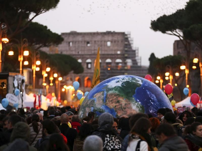 Protesters carry a globe-shaped balloon in front of Rome's Colosseum during a rally held the day before the start of the 2015 Paris Climate Change Conference (COP21), in Rome, Italy. (Reuters Photo)