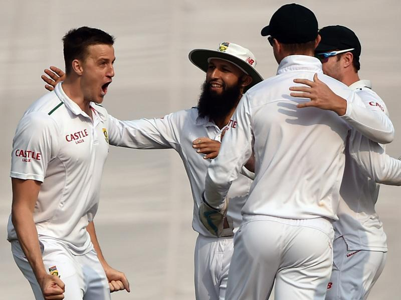 South Africa's Morne Morkel  celebrates with teammates after the dismissal of India's Rohit Sharma during the third day of the fourth Test match between India and South Africa at The Feroz Shah Kotla Stadium in New Delhi on December 5, 2015. (AFP Photo)