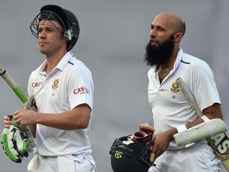 South Africa's captain Hashim Amla (R) and AB de Villiers walk off the field at close of play on the fourth day of the fourth Test match between India and South Africa at the Feroz Shah Kotla stadium in New Delhi on December 6, 2015. (AFP Photo)