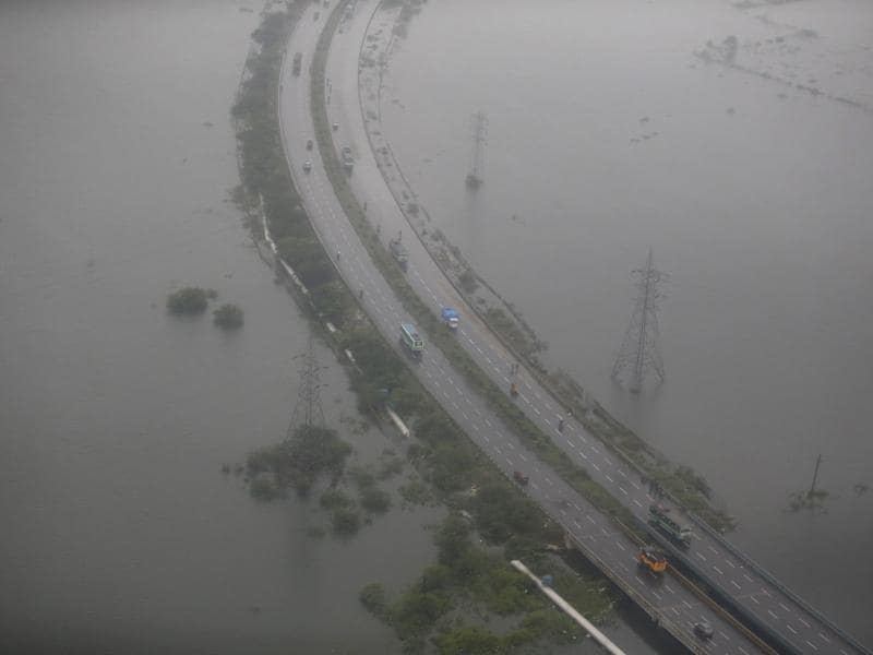 Traffic slowly begins to pick up in parts of the city which are still submerged. (REUTERS Photo)