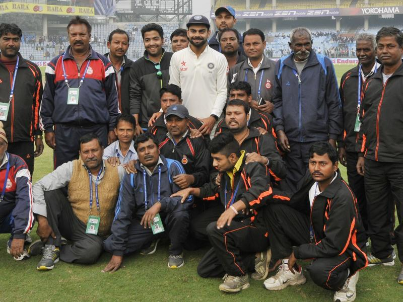 Skipper Virat Kohli poses with ground staff after winning the India vs South Africa last Test match of the series, at Feroz Shah Kotla ground, in New Delhi. (Vipin Kumar/HT Photo)