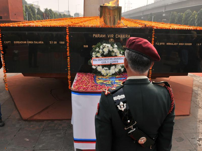 11 Corps Chief Major General Deepak Dhanda paying floral tributes to the gallant officers who laid their lives defending the integrity of the nation. (Pardeep Pandit/HT Photo)