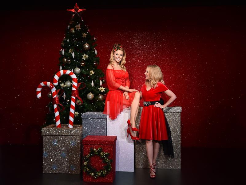 Australian singer Kylie Minogue poses with her waxwork in a Christmas special during a photocall at Madame Tussauds in London on December 8, 2015. (AFP)