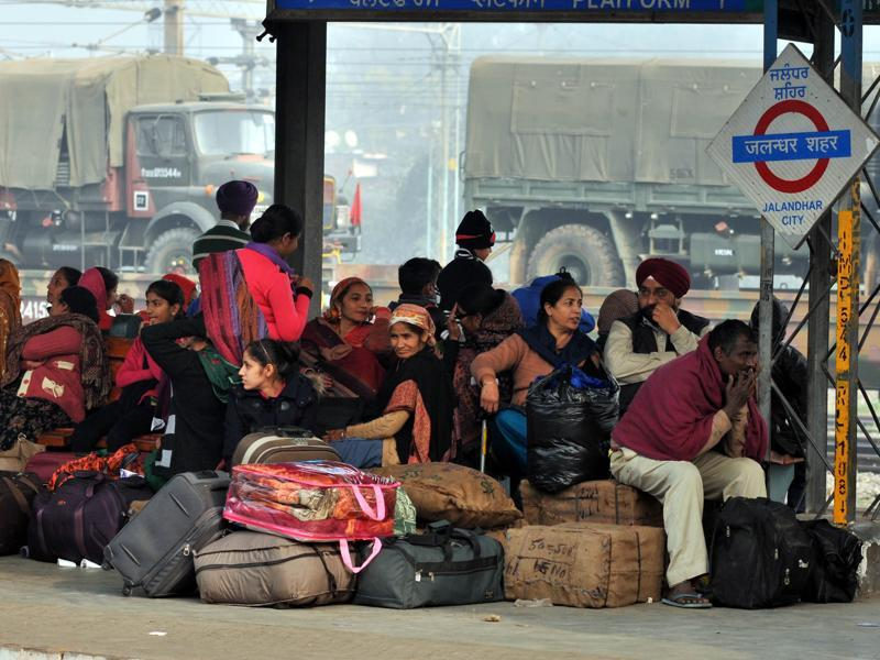 Passengers stranded at the Jalandhar train station as trains run late due to fog.  (Pardeep Pandit/HT Photo)