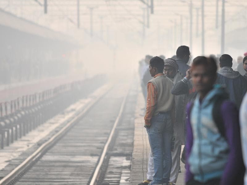 Fog threw the railway schedule into haywire as visibility in teh area was affected.  (Pardeep Pandit/HT Photo)