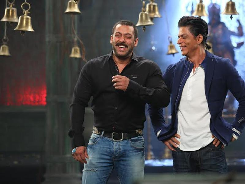 SRK will visit Salman's hit show Bigg Boss 9 this weekend to promote Dilwale. (colors)