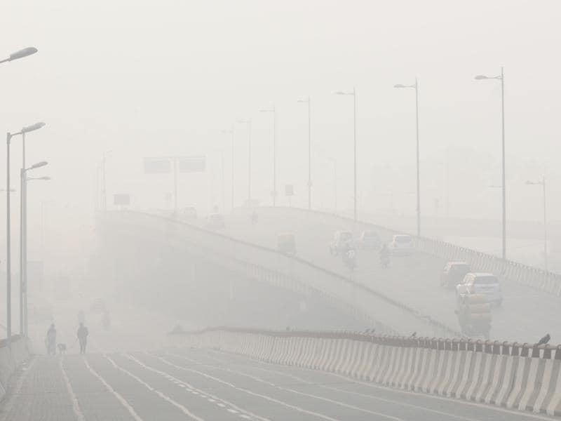 Early morning fog cover roads of the capital near Yamuna riverside. (Sonu Mehta/ HT Photo)