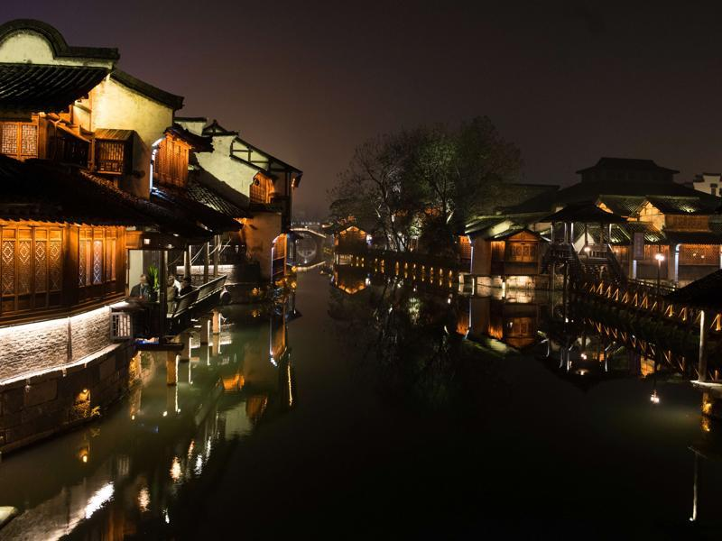 Participants (L) of the World Internet Conference sit and enjoy in a restaurant in the scenic town of Wuzhen in China's Zhejiang province, December 15, 2015. Wuzhen is at the centre of the six ancient towns south of river Yangtze, part of Tongxiang city in northern China.  (AFP)