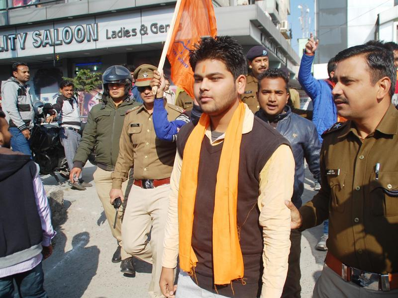 Volunteers of Yuva Sena being taken away by the police after their protest against Shah Rukh Khan's Dilwale in Dehradun on Friday, Dec 18, 2015. (ht pHOTO)