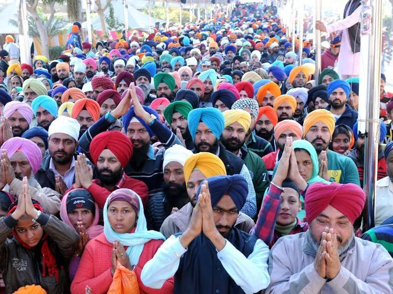 Huge gathering of devotees at Gurudwara Fatehgarh Sahib on the occasion of the 311thJor Mel in Fatehgarh Sahib on Saturday. (Bharat Bhushan/HT Photo)