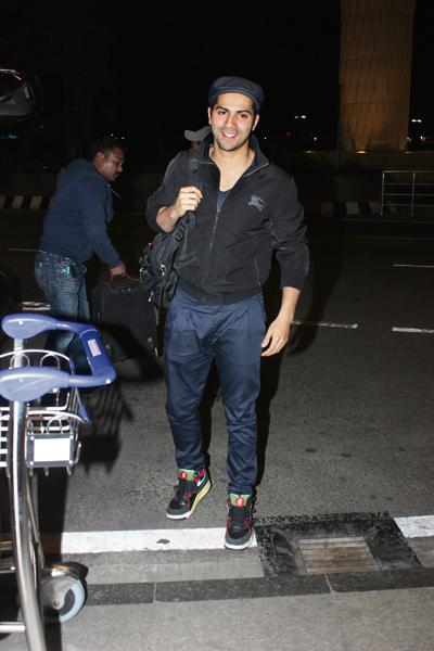 Varun Dhawan smiles for the shutterbugs at Mumbai airport. (Photo: Shakti Yadav)