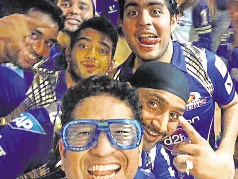 Sachin Tendulkar and Mumbai Indians: The master blaster was at his quirky best when he picked a cool prop and posed for a selfie with his team after their victory.