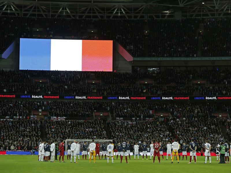 The England and France football teams observe a minute's silence before the start of the friendly match at Wembley, following the November 13 Paris attacks. (AFP Photo)