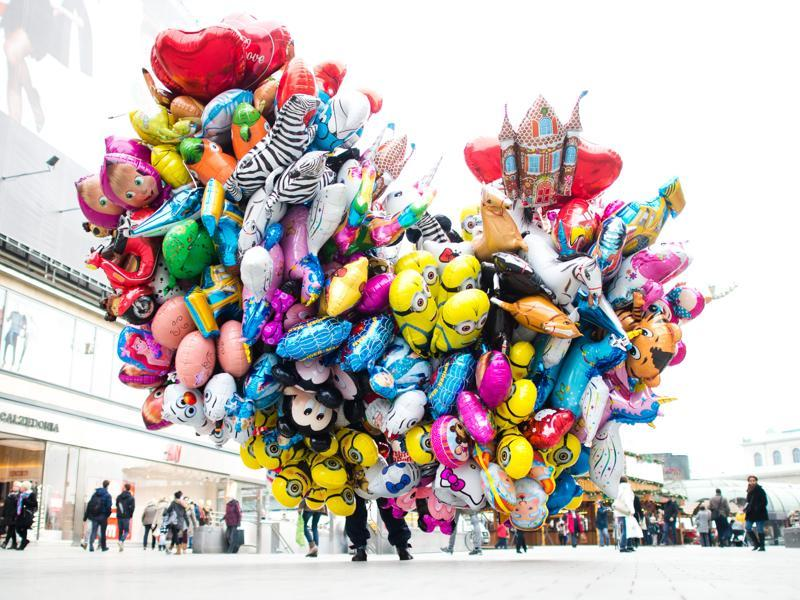 A man sells balloons in the city centre of Hanover, central Germany, on December 16, 2015. (AFP)