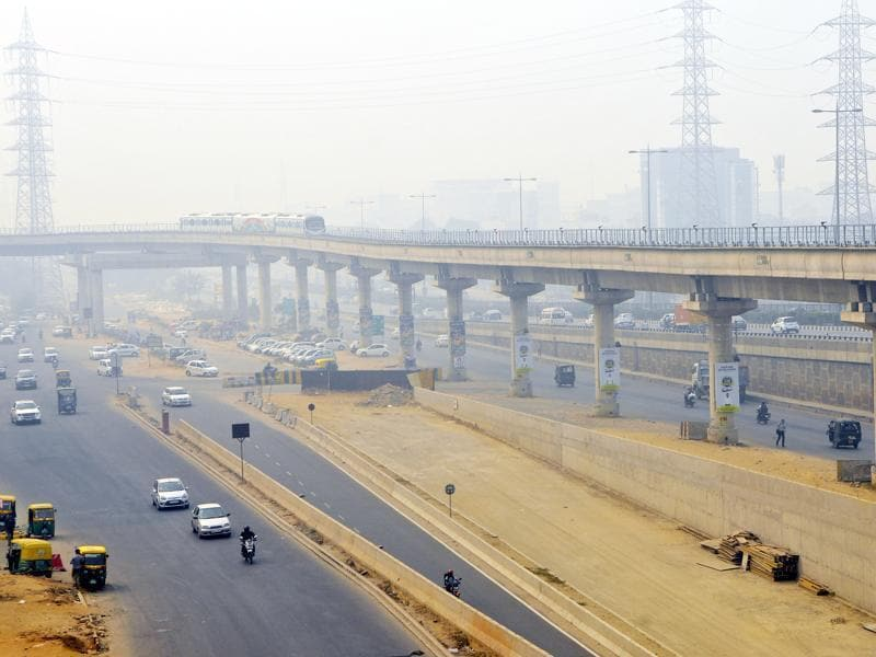 A view of Rapid metro in Gurgaon covered with smog. (Photo by Abhinav Saha/Hindustan Times)