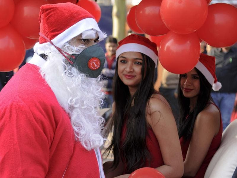 Santa Claus wearing a mask to spread awareness about the rising pollution, in Noida.  (Burhaan Kinu / Hindustan Times)
