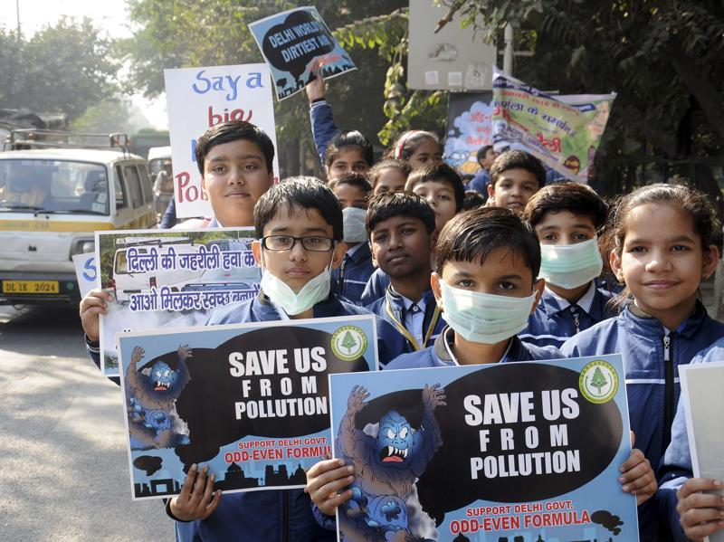 School children rallying in support of the odd even formula introduced by the Delhi Government for controlling pollution in Janakpuri in New Delhi. (S Burmaula/ Hindustan Times)