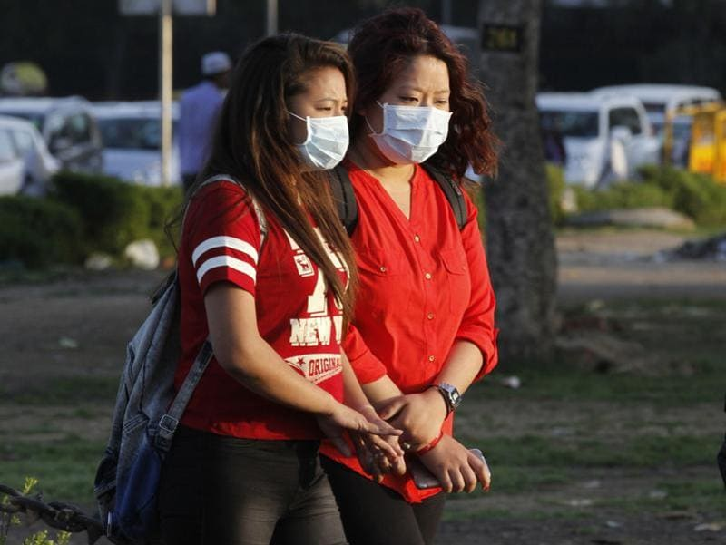 Tourists wearing masks as they visit the crowded India Gate lawns in New Delhi. (Virendra Singh Gosain/Hindustan Times)