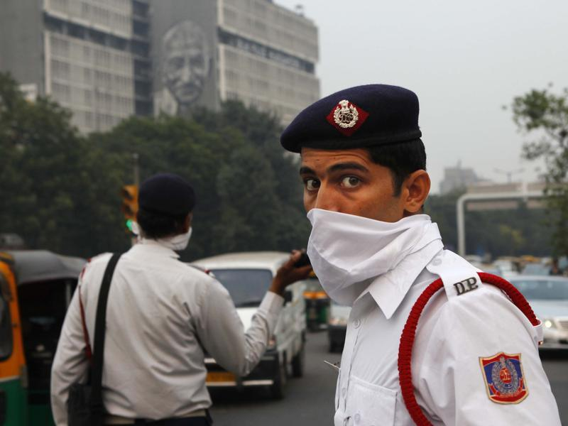 Delhi traffic police personnel cover their faces as a precaution against heavy air pollution at ITO crossing. (Photo by Arvind Yadav/ Hindustan Times)