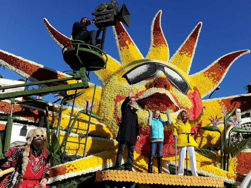 Los Angeles mayor Eric Garcetti, center-left, stands on the City of Los Angeles Discover Los Angeles float during the 127th Rose Parade in California, USA, January 1, 2016. The Los Angeles float won the Mayor's Trophy. (AP)