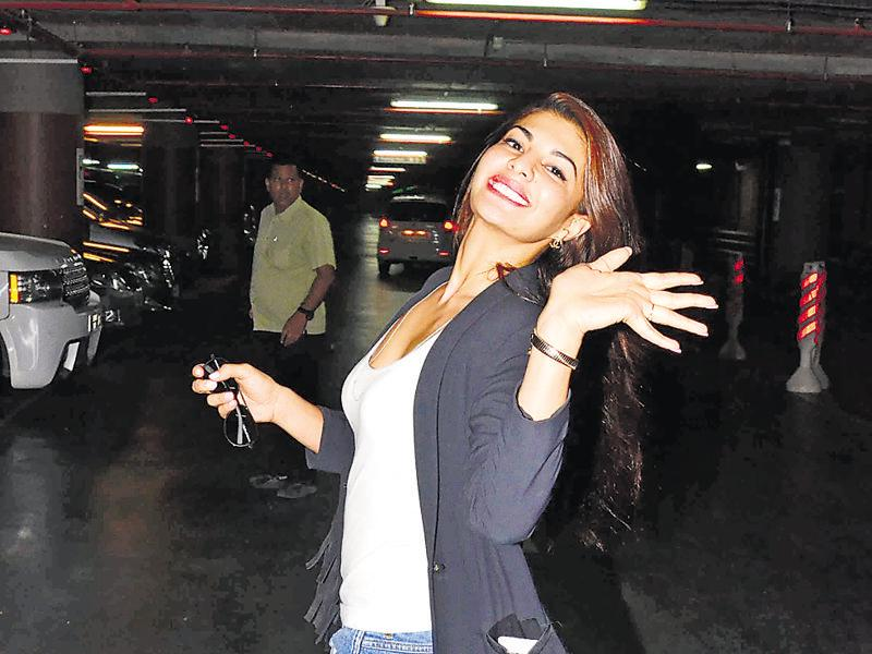 Jacqueline Fernandes is delighted to be clicked Mumbai airport. (Photos: yogen shah)