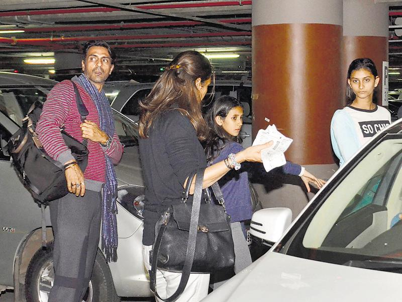 Arjun Rampal spotted with wife Mehr Jessia, with their children, Myra and Mahikaa. (Photo: yogen shah/ Shakti yadav)
