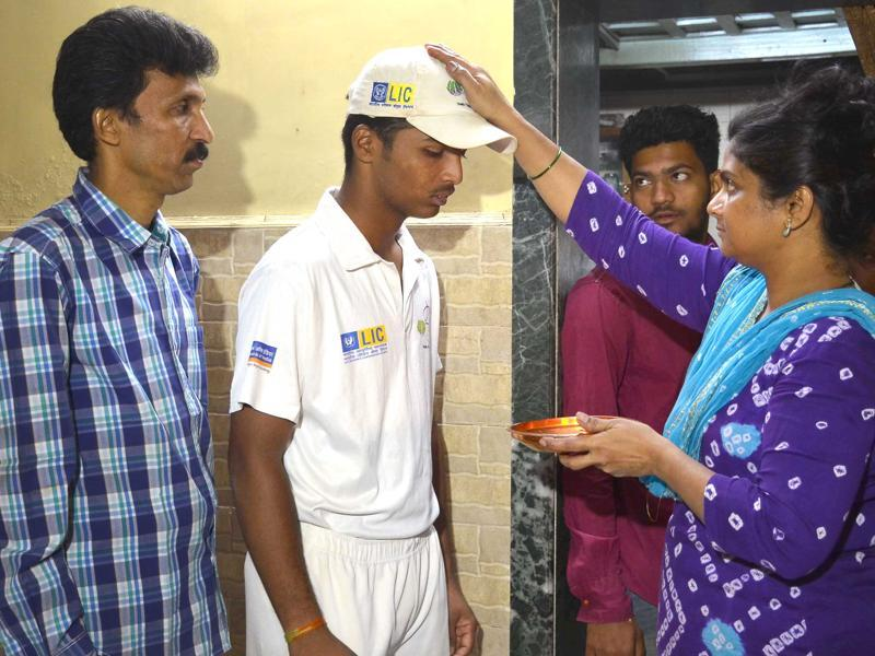 Pranav Dhanawade, with his father Prashant and mother Mohini, (HT Photo)