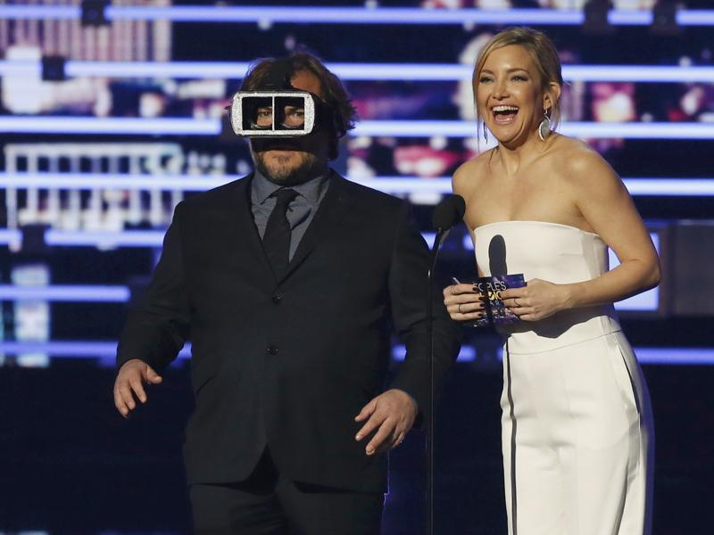 Presenter Jack Black spoofs virtual reality with actor Kate Hudson at the People's Choice Awards 2016 in Los Angeles, California. (REUTERS)