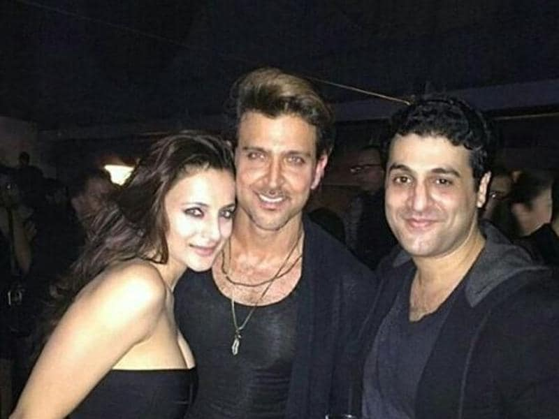 Seen partying with his debut film (Kaho Na Pyaar Hai) co-star Ameesha Patel, the actor looks drop dead gorgeous wearing a black vest, paring it with a black jacket.  (Twitter)