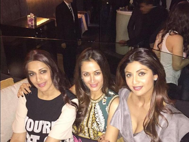 Oh we like how these three pretty ladies are just chilling and letting their hair down at the starry bash. L to R: Sonali Bendre, Gayatri Joshi and Shilpa Shetty. (Twitter)
