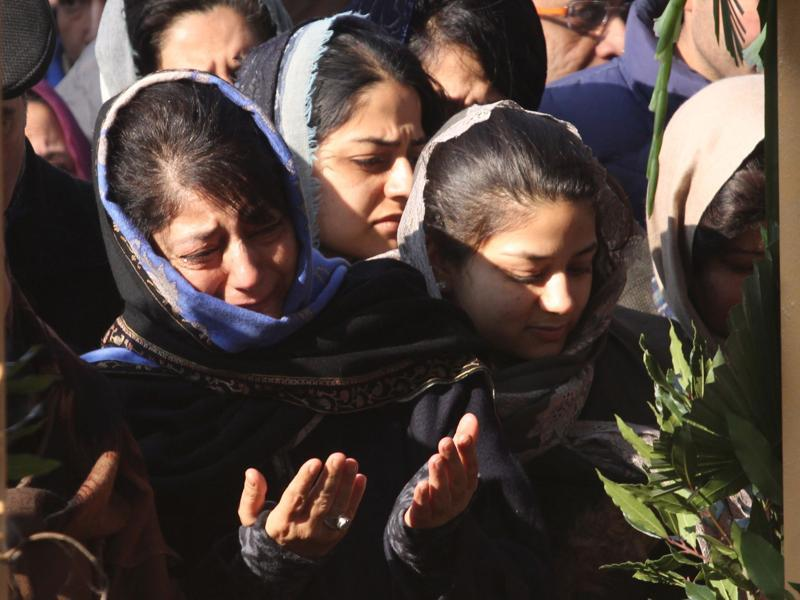 Mehbooba Mufti weeps while offering prayers near the grave of her father Mufti Mohammad Sayeed. (Waseem Andrabi/HT Photo)