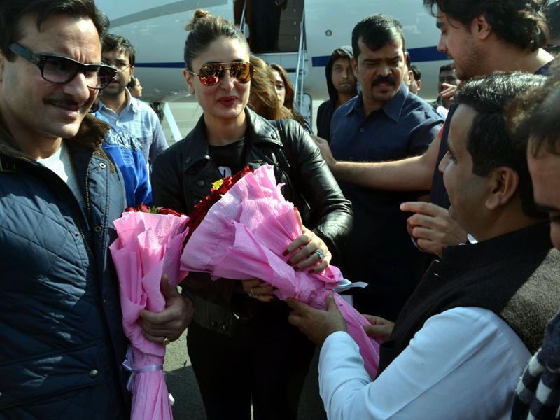 Actors Saif Ali Khan and Kareena Kapoor Khan are greeted with flowers on their arrival in Saifai. This year, the festival will see Arjun Kapoor, Sonam Kapoor, Parineeti Chopra, Ranveer Singh, Mikka, Saif Ali Khan, Kareena Kapoor and singer Javed Ali in action.  (HT PHOTO)