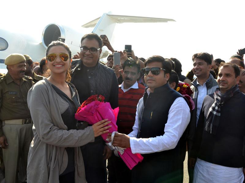 Parineeti Chopra flashes a smile on her arrival in Saifai on Monday. (HT PHOTO)