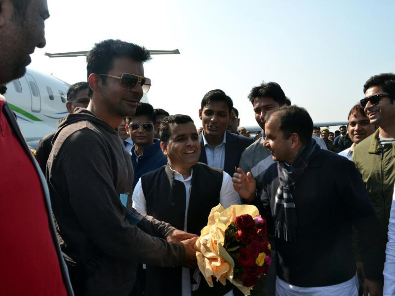 Actor Sunil Grover, popular as the character Guthi in Comedy Nights With Kapil, arrives in Saifai on Monday. (HT PHOTO)
