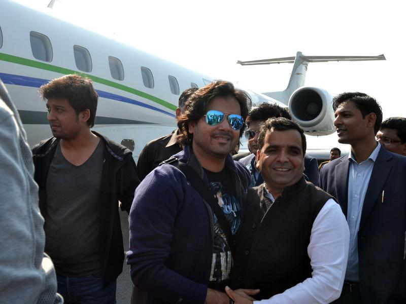 Talented singer Javed Ali, known for his songs like Kun Faya Kun (Rockstar) and Jashn-e-Bahaara (Jodha Akbar) is greeted by people of Saifai on his arrival for the rural festival. (HT PHOTO)