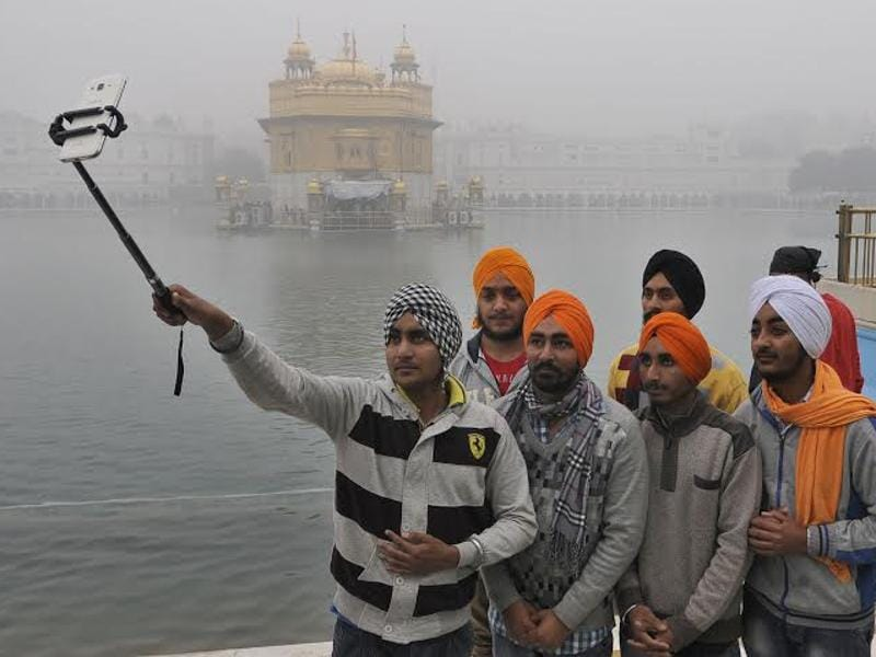 Young Sikh devotees taking selifie  to make this moment memorable for themselves.   (Gurpreet Singh/HT )