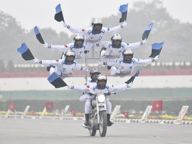 Members of Indian Army's motorcycle team 'Daredevils' perform stunts. (Vipin Kumar/ht photo)