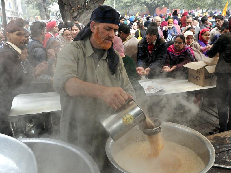 A sewadar makes some hot tea  for the devotees in Chandigarh.  (Keshav Singh/HT Photo)