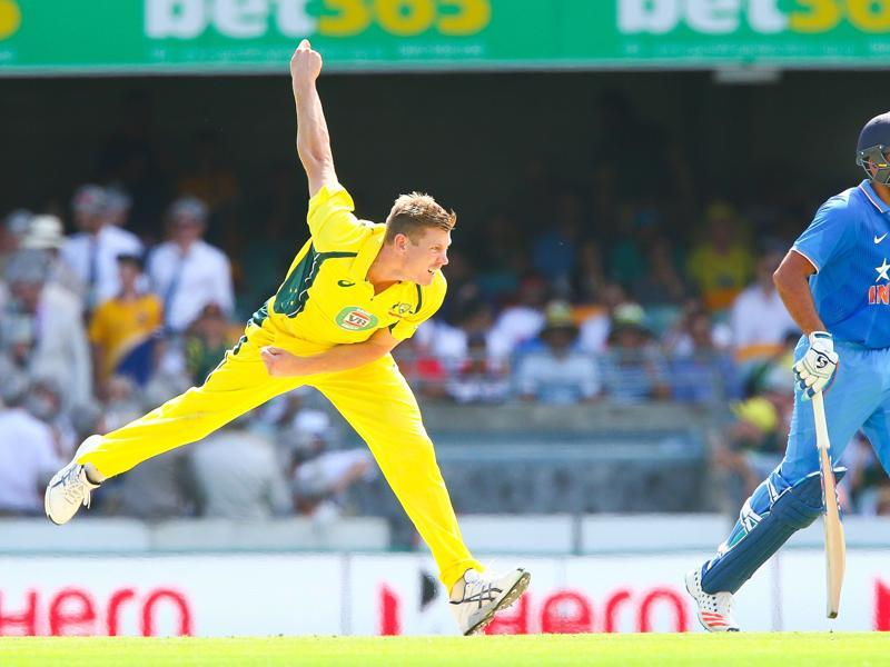 Australia's James Faulkner (L) bowls during the one-day international cricket match between India and Australia in Brisbane on January 15, 2016. (AFP Photo)
